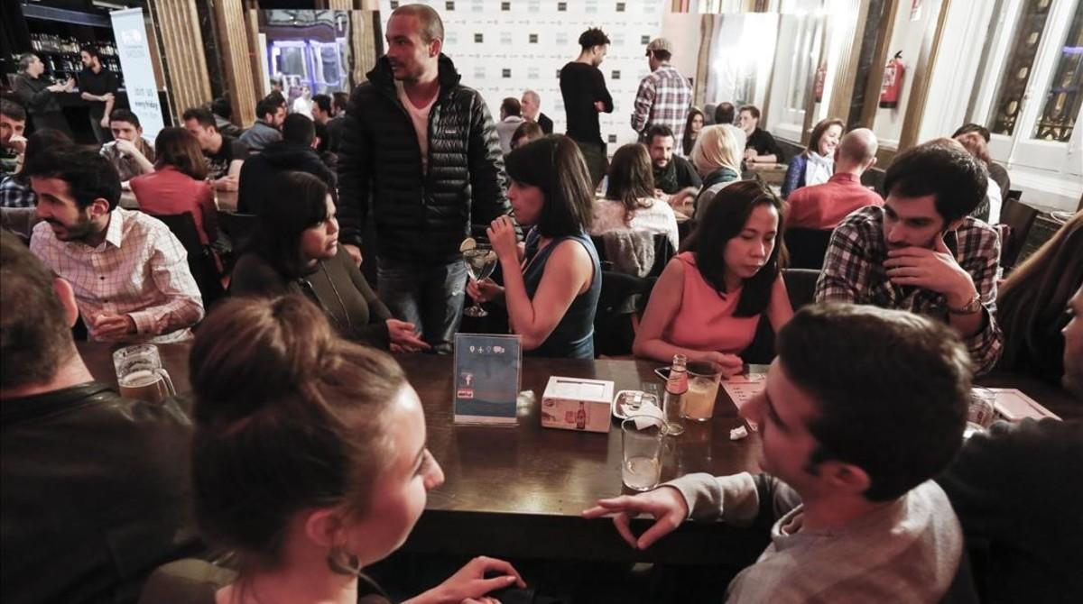 Encuentro de The FridayInternational Exchange en el bar de la Estació de França, los viernes.