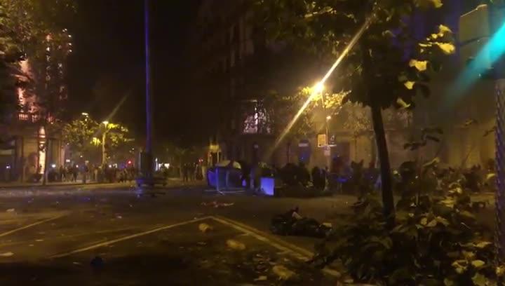 Grupos violentos mueven contenedores para quemarlos en la calle Balmes.