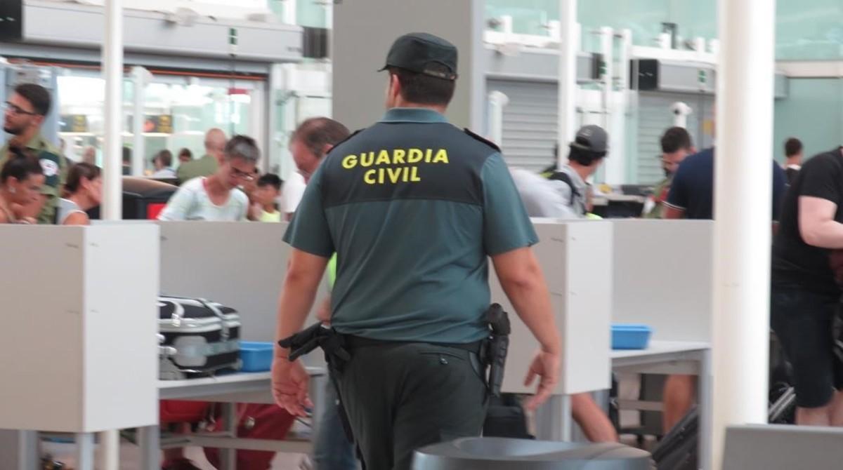 Un Guardia Civil de refuerzo, sin armas, vigilaba, esta misma tarde, que no le necesitasen en algún control del aeropuerto de El Prat.