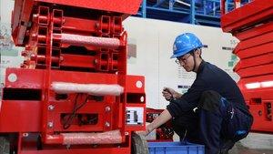 Un trabajador chino en una empresa en Jinan, al este del país.