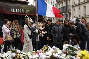 Homenaje a las víctimas frente a los restaurantes Le Petit Cambodge y Le Carrillon, dos de los escenarios de los atentados.