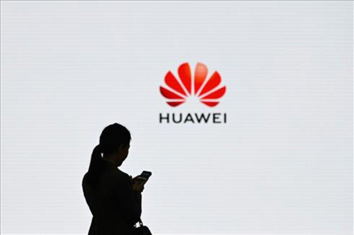 Una empleada de Huawei usando su smartphone durante el Huawei Digital Transformation Showcase, celebrado en marzo de 2019 enShenzhen, China.