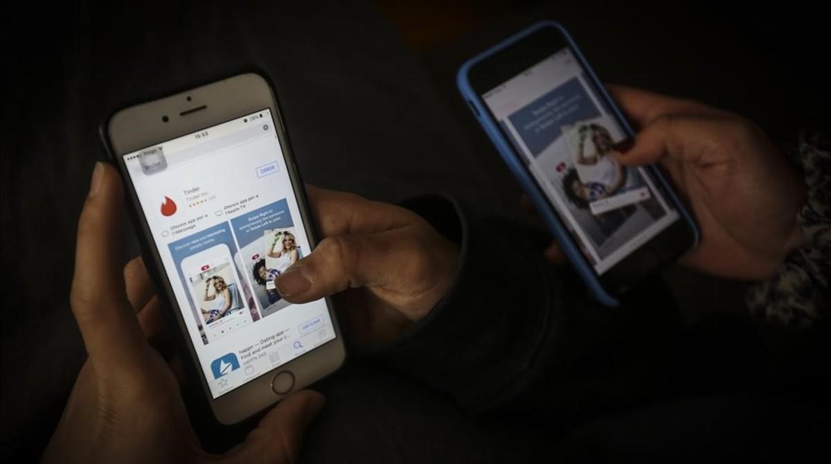 Dos usuarios deapps de ligue desde el móvil.