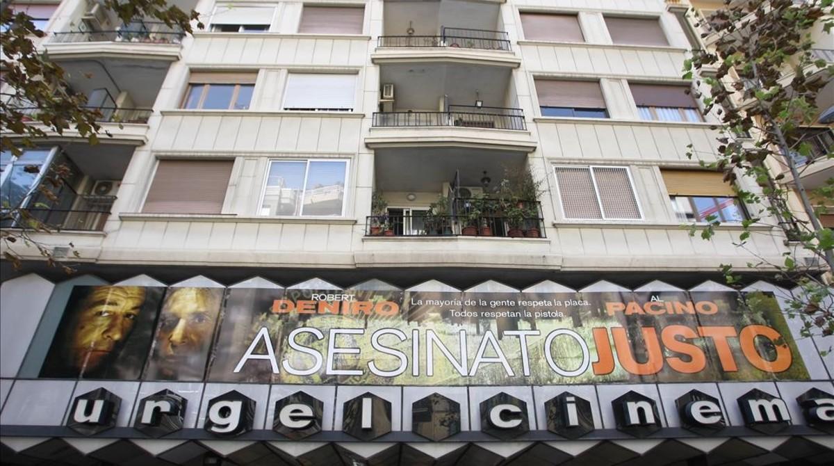 La fachada del cine Urgell, con su icónico rótulo, en el 2008.