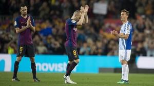 Iniesta aplaude al Camp Nou tras su último partido con el Barça.