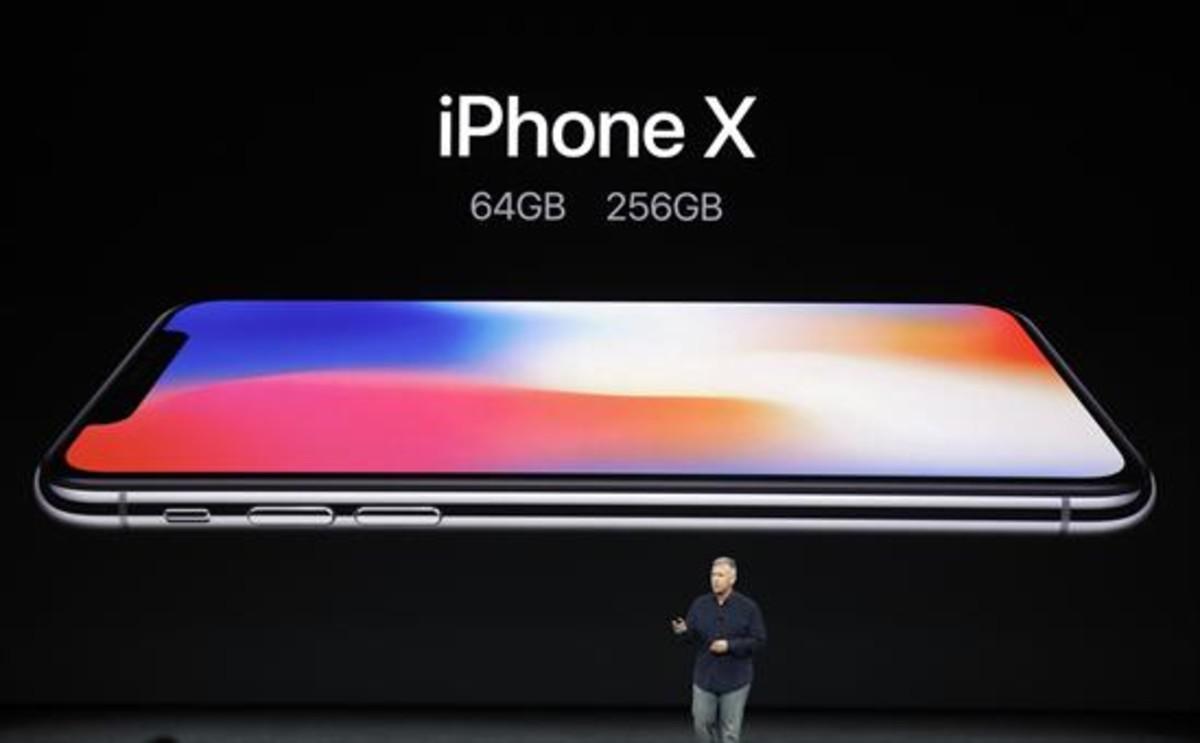 El iPhone X 8Phil Schiller, vicepresidente senior de Apple, presenta ayer el modelo en Cupertino (California).