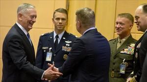 Jim Mattis conversa con miembros de su delegación antes del comienzo de la cumbre.