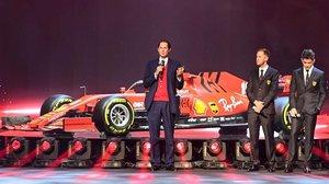 John Elkann, Sebastian Vettel y Charles Leclerc, en la presentación del nuevo Ferrari.