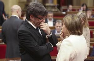 Carles Puigdemont y Carme Forcadell en el Parlament.