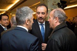 El juez Manuel Marchena conversa con el ministro Marlaska (de espaldas, a la izquierda).