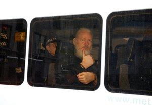 Julian Assange luego de ser arrestadosen Londres.