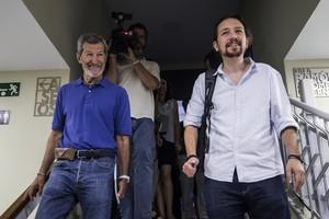 El secretario general de Podemos Madrid y ex JEMAD, Julio Rodríguez junto al líder de la formación morada, Pablo Iglesias