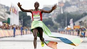 El keniano Kipchoge al cruzar victorioso la línea de meta del maratón de Río.