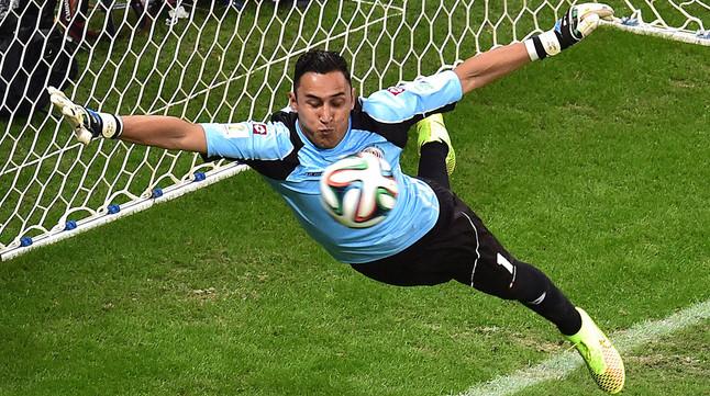Keylor Navas realiza una parada en un partido del Mundial de Brasil.