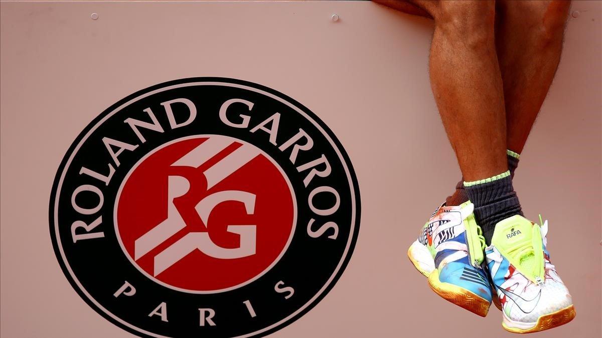 Las piernas de Nadal en el podio de Roland Garros en París.