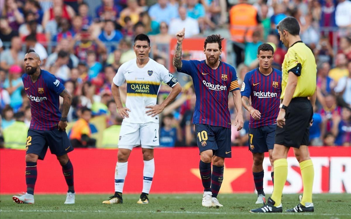 Leo Messi celebra su gol durante ante el Boca durante el trofeo Gamper