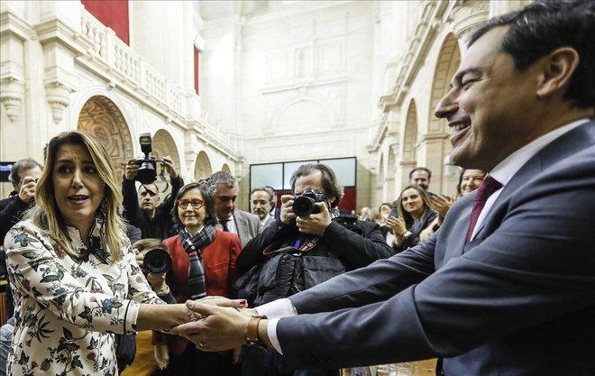 El líder del PP-A, Juanma Moreno, es felicitado por la hasta ahora presidenta del Ejecutivo andaluz, Susana Díaz, tras ser investido presidente de la Junta de Andalucía al obtener el respaldo de la mayoría absoluta de la Cámara.