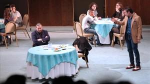 Los actores Manel Sans y Julio Manrique, y algunos estudiantes de figurantes, en una función escolar de Don Joan en el TNC.