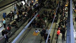 Miembros del CDR Girona ocupan las vias del AVE