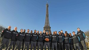 Los Charlotte Hornets se hacen una foto delante de la Torre Eiffel.