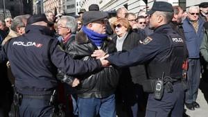 Los jubilados se enfrentan a los agentes de policía frente al Congreso de los Diputados, el pasado 22 de febrero.