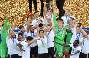 Los jugadores alemanes celebran el título ganado en San Petersburgo.