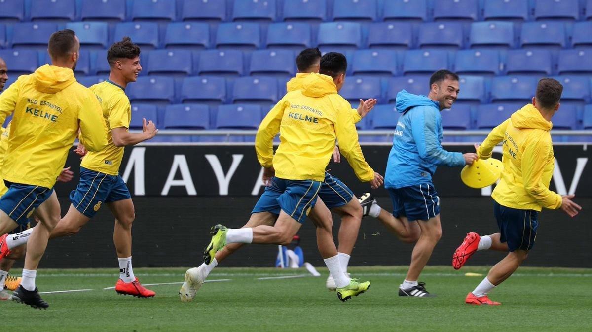 Los jugadores del Espanyol se divierten en el entrenamiento de este viernes.