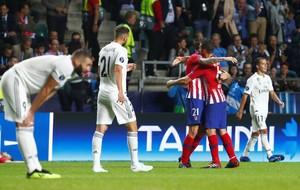 Los jugadores del Real Madrid se lamentan mientras los del Atlético celebran un gol en la Supercopa de Europa.