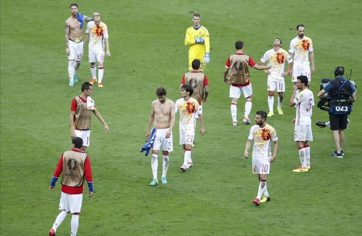 Losjugadores de la selección al final del partido frente a Italia.