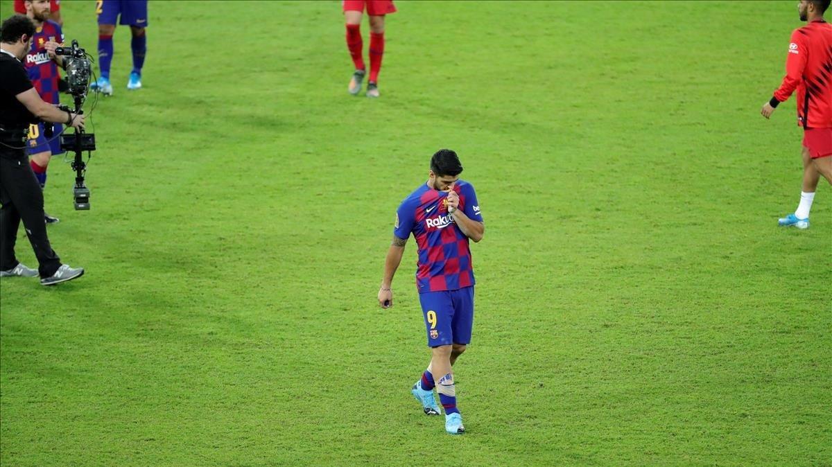 Luis Suárez abandona desolado el estadio de Yeda tras ser eliminado por el Atlético.