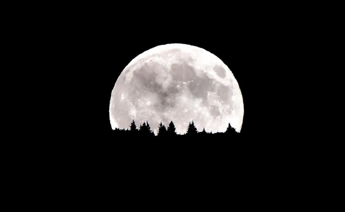 Las montañas Dolomitas, cerca de Trento, al norte de Italia, bajo el resplendor lunar.