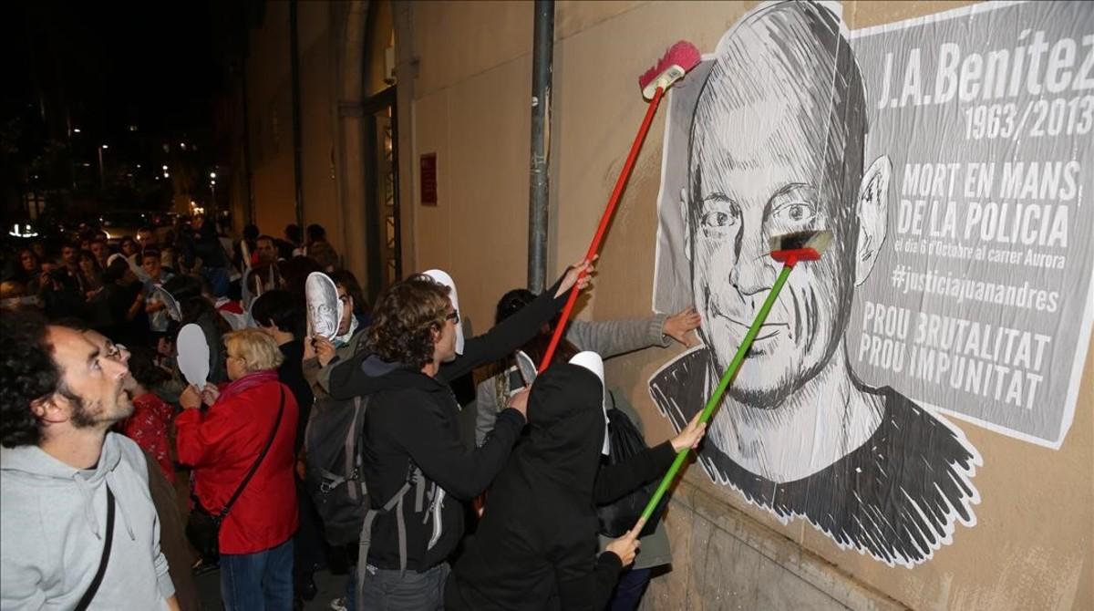 Manifestación en el Raval por la muerte de Benítez,