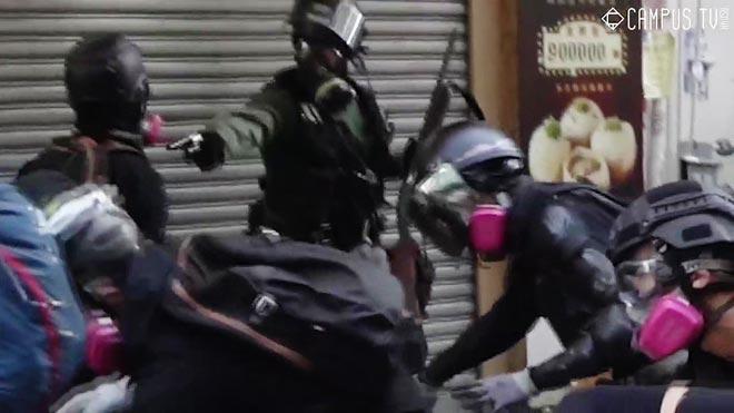 Un manifestante herido de bala por la policía de Hong Kong.