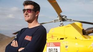 Marc Coma, junto al helicóptero con el que seguía, día a día, el Dakar.