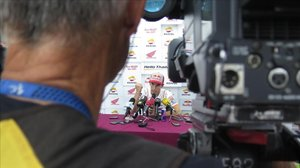 Marc Márquez atiende a los medios de comunicación tras su espectacular accidente y después de ser uno de los grandes protagonistas de la segunda sesión de entrenamientos del GP de Tailandia.