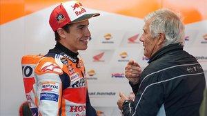 Marc Márquez conversa con Giacomo Agostini, en el último GP de Australia, celebrado en Phillip Island.
