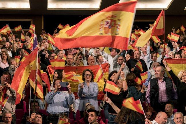 Marea de banderas españolas en el mitin de Vox en Palma de Mallorca, el pasado 20 de abril.