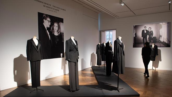 Más de 300 piezas de Yves Saint Laurent pertenecientes a Catherine Deneuve salen a subasta.