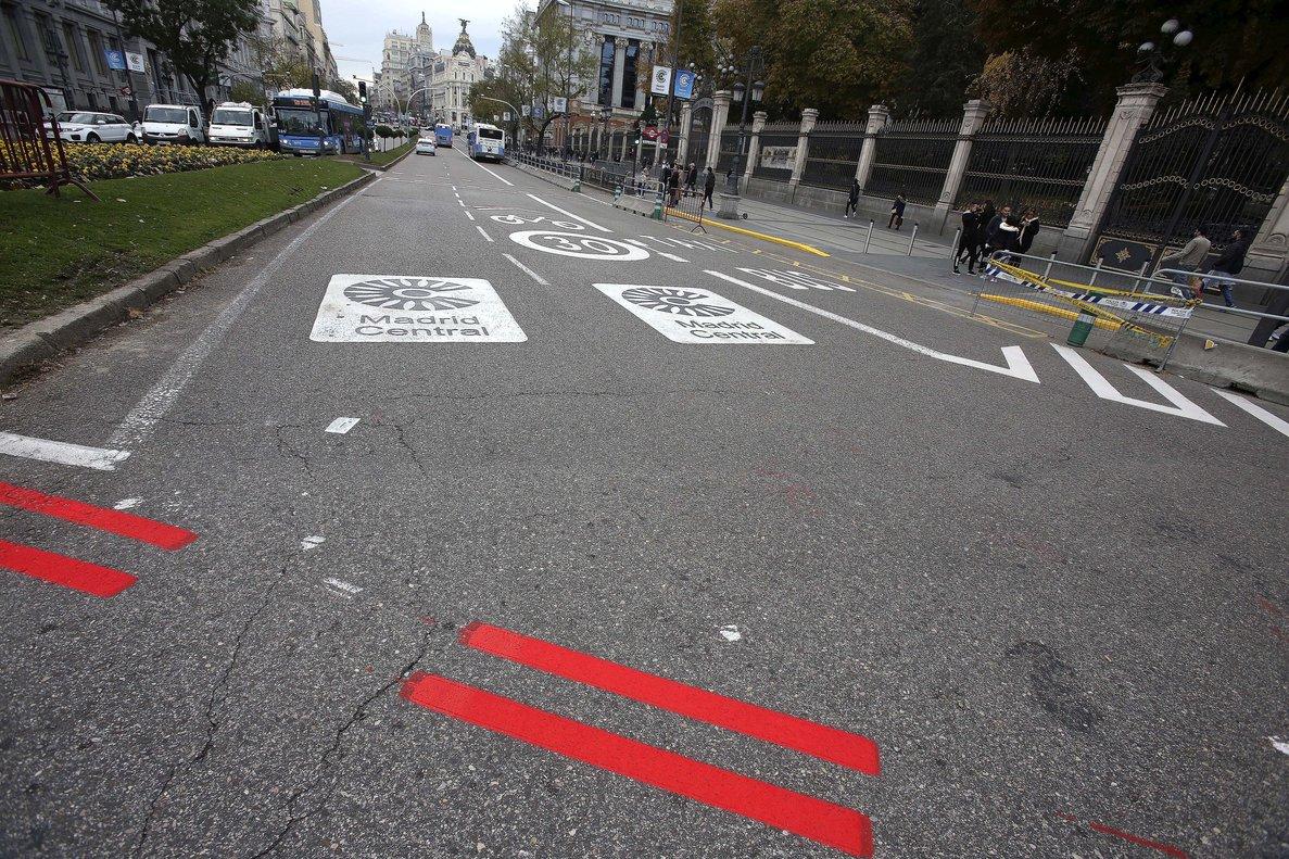 Rayas rojas en el asfalto de Madrid Central.