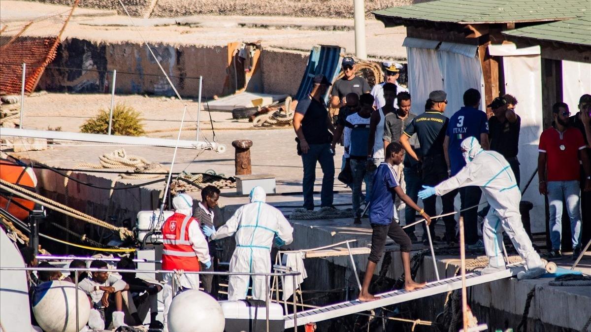 Menores no acompañados desembarcan en el puerto de Lampedusa procedentes del 'Open Arms'.