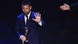 Messi, con el trofeo 'The Best' en Milán.