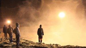 Migrantes centroamericanos esquivan el humo del gas lanzadopor los guardias de la policia fronteriza estadounidense en Tijuana.