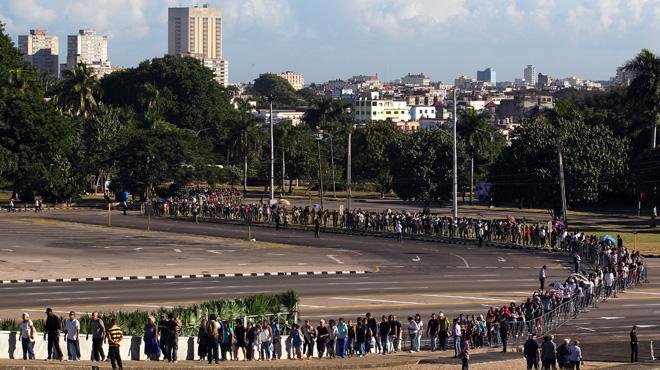 Miles de cubanos acuden a la apertura de la capilla ardiente de Fidel Castro
