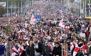 Miles de opositores al régimen de Lukashenko se manifiestan en Minsk en octubre del 2020.