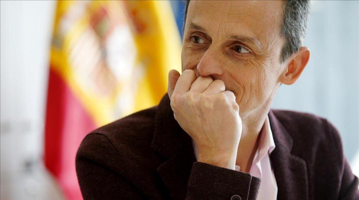 El ministro de Ciencia, Innovación y Universidades, Pedro Duque, en su despacho durante la entrevista con EL PERIÓDICO.