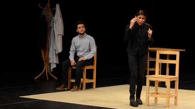 Un momento de la representación de 'The valley of astonishment', con Kathryn Hunter a la derecha.