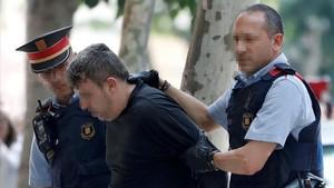 Mossos dEsquadra custodian al detenido por la muerte de una niña en Vilanova.