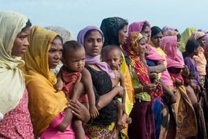 Mujeres rohingyas sostienen a sus hijos en un campo de refugiados en el estado de Rakhine.