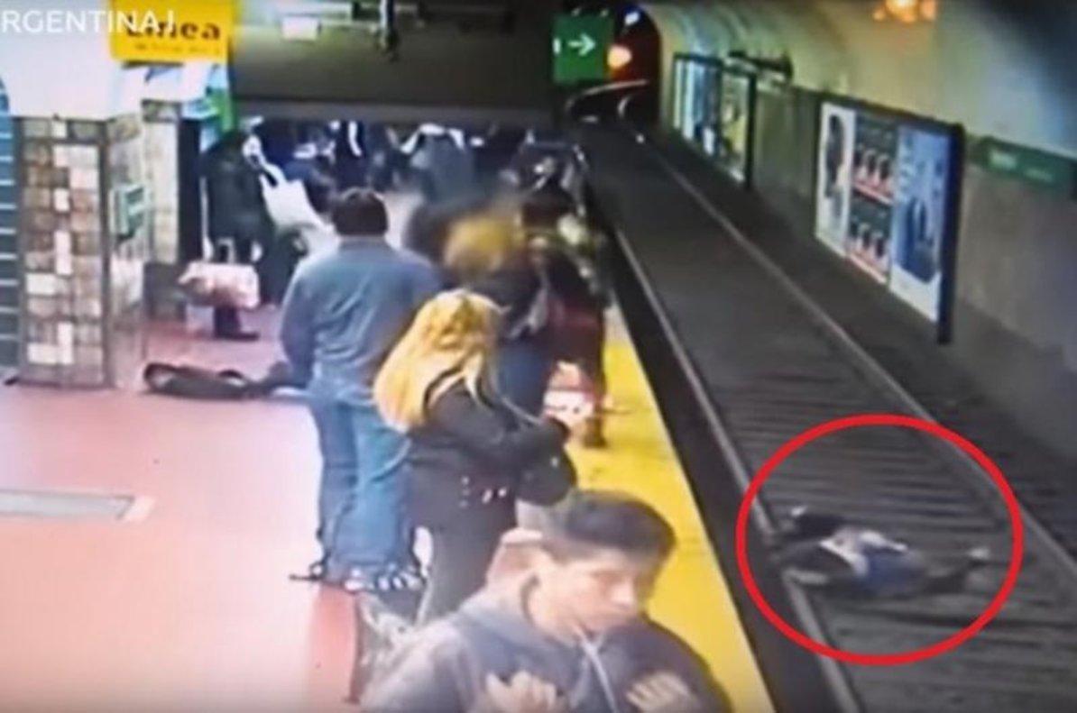 El rescate de una mujer que cayó a los rieles del metro en Buenos Aires.