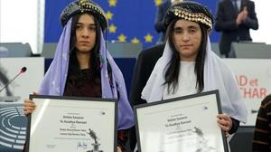 Nadia Murad (izquierda) y Lamiya Aji, galardonadas con el premio Sajarov 2016, en el Parlamento Europeo, en Estrasburgo, este martes.